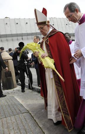 Prima della Messa, il Papa ha giudato la processione  (Ansa)