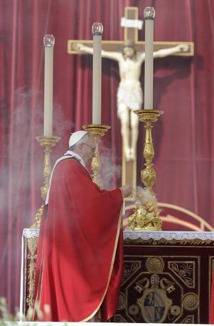 Papa Francesco durante la celebrazione della Domenica delle Palme e della Passione del Signore in Vaticano (Ansa)