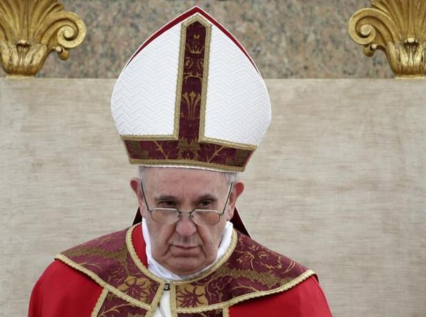 Papa Francesco con i paramenti rossi sulla talare bianca (Reuters)