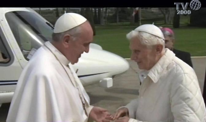 Un incontro storico, un passaggio di testimone che non ha precedenti nella storia: Papa Bergoglio è volato in elicottero per incontrare ed abbracciare il predecessore Benedetto XVI (foto Ansa)