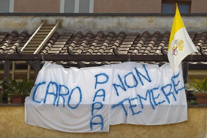 Uno striscione a Castelgandolfo (foto Ansa)