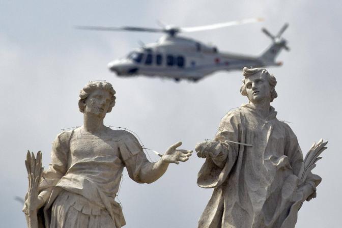 L'elicottero bianco si alza sul Vaticano (foto Ap)