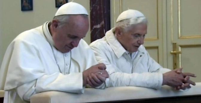 La preghiera dei due Papi (foto Ansa)