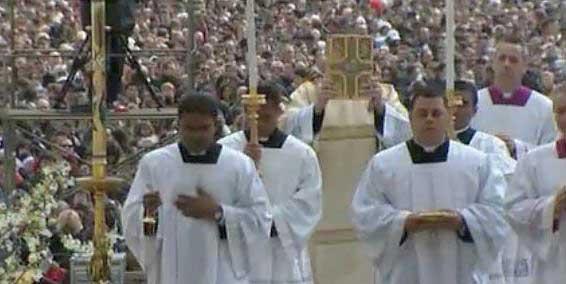 Pasqua 2013: la prima messa pasquale da Papa di Bergoglio, folla in Vaticano