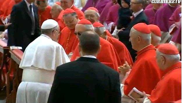 Papa Francesco si ferma a salutare i cardinali