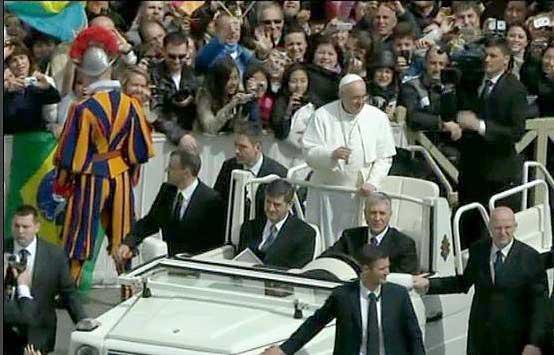 Papa Francesco passa tra la folla subito dopo la messa di Pasqua: il pontefice si è fermato più volte ad abbracciare alcuni bambini