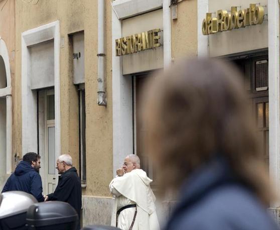 L'incontro con un giornalista curioso che il cardinale ha però gentilmente respinto (foto Jpeg)