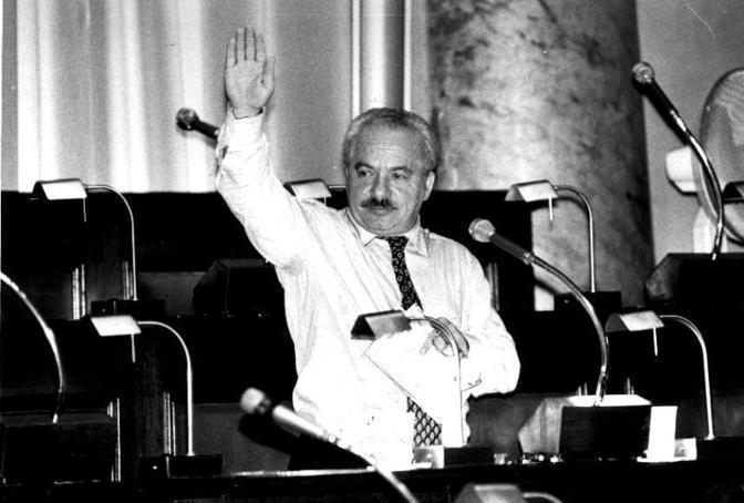 Nel 1999 ripreso mentre fa il saluto romano (archivio Corriere della Sera)