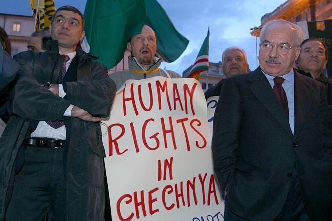 Nel 2004 durante la manifestazione per la Cecenia in piazza Montecitorio (Foto La Presse)
