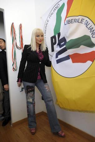 Ilona Staller torna in politica: è candidata a nella Lista del Partito liberale italiano a un seggio nel consiglio comunale di Roma in vista delle prossime comunali del 16 e 27 maggio.