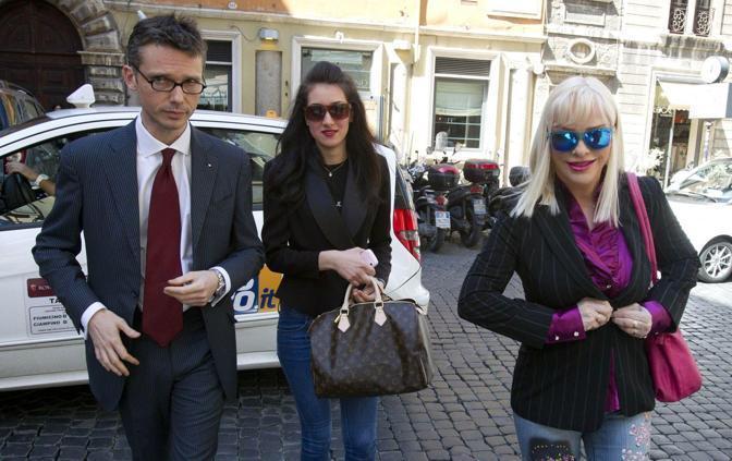 L'arrivo di Ilona Staller nella sede del Partito Livrale italiano (foto JPeg)