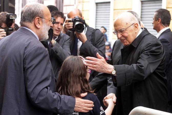 Napolitano saluta una bambina di una scolaresca che ha accolto il Presidente intonando l'Inno d'Italia e poi «Bella Ciao» (foto Jpeg)