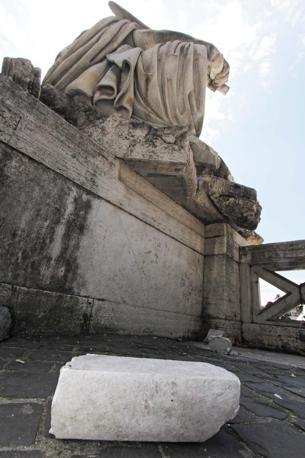 Il frammento per terrra. Ancora ignote le cause del danno, carabinieri e tecnici al lavoro (Jpeg)