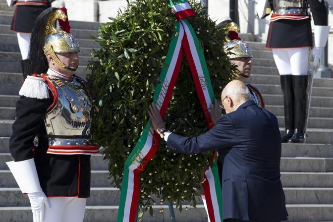 parata militare più sobria per risparmiare; niente Frecce tricolori. Napolitano depone la corona d'alloro all'Altare della Patria (foto Jpeg)