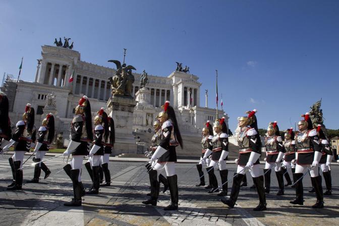 parata militare più sobria per risparmiare; niente Frecce tricolori. Corazzieri in piazza Venezia (foto Jpeg)
