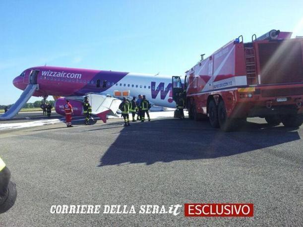 In esclusiva le immagini sotto l'aereo della Wizzair  Bucarest-Ciampino costretto a un'atterraggio d'emergenza a Fiumicino per un problema al carrello (foto Faraglia)