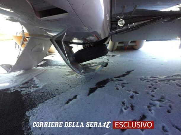 IIn esclusiva le immagini sotto l'aereo della Wizzair  Bucarest-Ciampino costretto a un'atterraggio d'emergenza a Fiumicino per un problema al carrello (foto Faraglia)