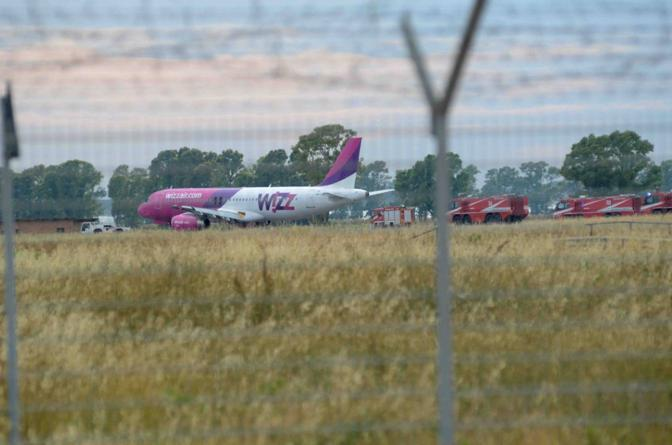 La rimozione dell'aereo della compagni Wizzair (Faraglia)