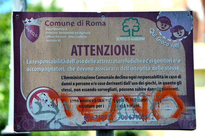 Giostre e scivoli per bambini nei parchi pubblici della capitale: la metà è fuori uso. Il cartello d'ingresso a un parco giochi  (foto Sabina D'Oro)