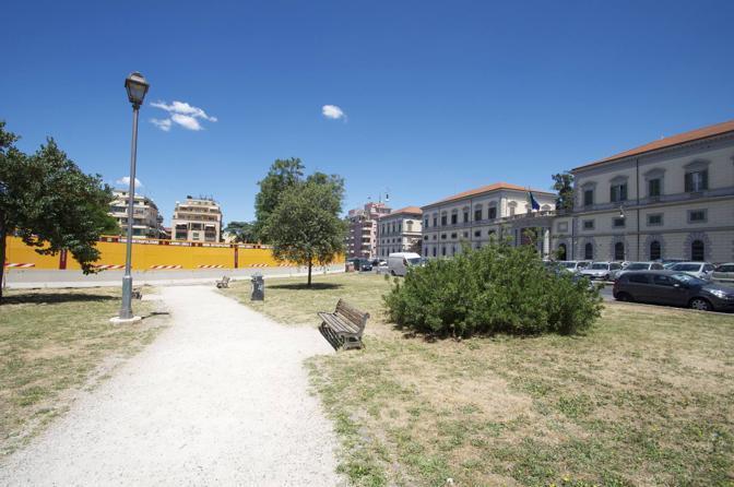 Giostre e scivoli per bambini nei parchi pubblici della capitale: la metà è fuori uso. Qui il Parco del Celio con l'area recintata per i lavori della Metro C(foto Sabina D'Oro)