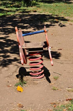 Giostre e scivoli per bambini nei parchi pubblici della capitale: la metà è fuori uso. Qui un malconcio  gioco a molla di Villa Ada (foto Sabina D'Oro)