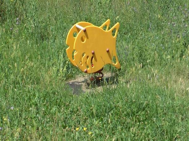 Giostre e scivoli per bambini nei parchi pubblici della capitale: la metà è fuori uso. Qui  l'erba alta al Parco Aniene  (foto Sabina D'Oro)