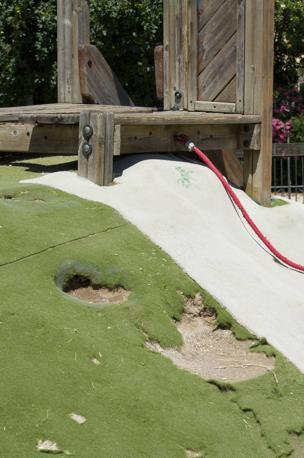 Giostre e scivoli per bambini nei parchi pubblici della capitale: la metà è fuori uso. Qui l'area giochi di Villa Chigi (foto Sabina D'Oro)