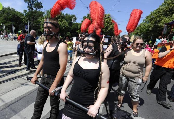 Вена. 15 июня. Во время гей-парада. (EPA/ИТАР-ТАСС/HERBERT PFARRHOFER) .