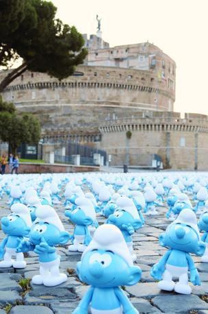 All'alba di sabato 22 giugno i puffi hanno lasciato le loro minuscole tracce nei luoghi più belli di Roma: qui davanti a Castel Sant'Angelo  (foto Omiroma)