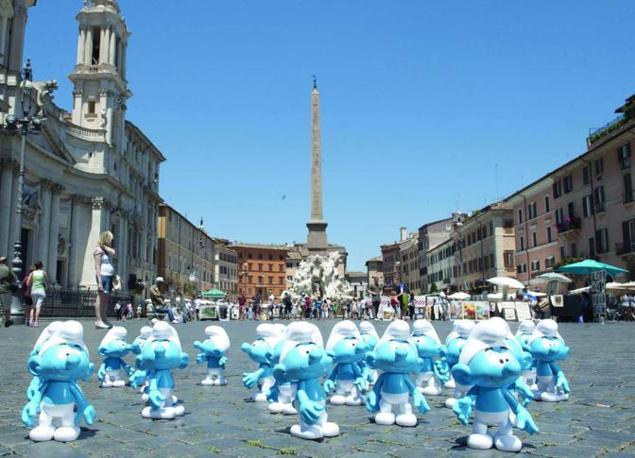 I puffi a passeggio in piazza Navona (foto Omniroma)