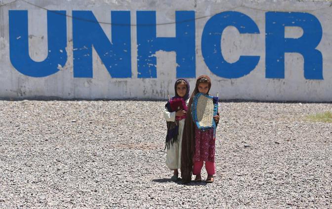 Bimbi afghani mentre aspettano di partire per l'Afghanistan al centro Unhcr di Chamkani a Peshawar (Foto Epa)