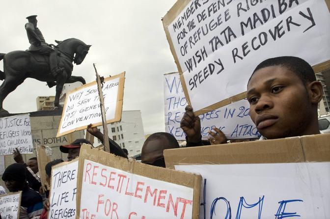 Rifugiati provenienti da diversi paesi africani protestano davanti al Parlamento Sudafricano il 20 giugno in occasione della giornata Mondiale del rifugiato, a Cape Town (Foto Afp)