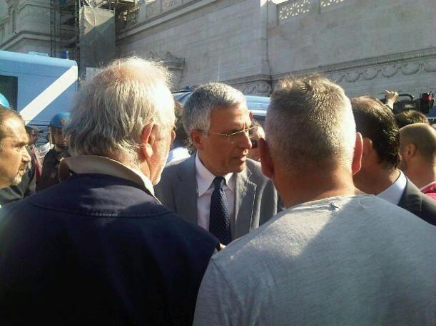 Il vice sindaco Luigi Nieri parla con le forze dell'ordine e con i manifestanti (Foto Pelati)