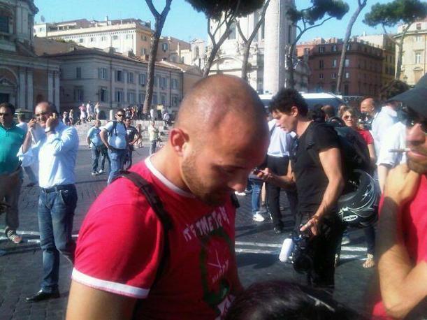 Il ragazzo ferito alla testa mostra la ferita ricevuta dai poliziotti (Foto Pelati)