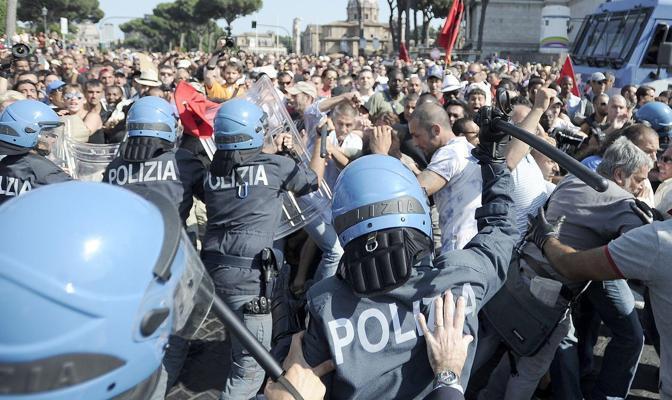 La carica delle forze dell'ordine (Foto Jpeg)