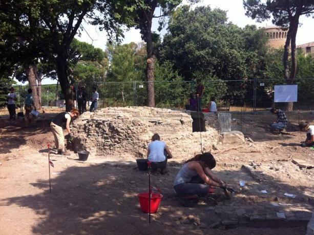 Scoperti nel parco dei Ravennati a Ostia Antica sotto una mini discarica, un mausoleo di circa duemila anni fa e una domus di fine IV secolo d. C.  (foto Ansa)