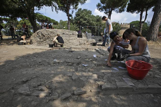 Scoperti nel parco dei Ravennati a Ostia Antica sotto una mini discarica, un mausoleo di circa duemila anni fa e una domus di fine IV secolo d. C.  (foto Ap)