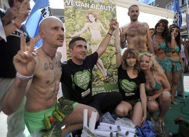Gli animalisti si spogliano per testimoniare la «bellezza vegana» (Jpeg)