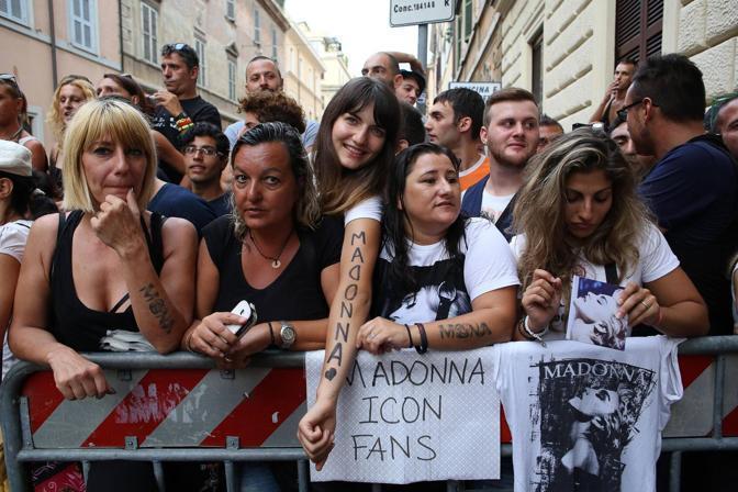 Fan in delirio, ma Madonna si fa attendere (Ansa)