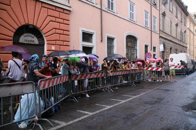 Fan in delirio, ma Madonna si fa attendere (LaPresse)