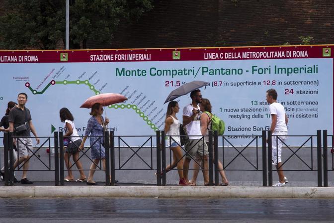 Metro C, turisti passano accanto al cantiere chiuso venerdì 9 ai Fori Imperiali (foto Jpeg)