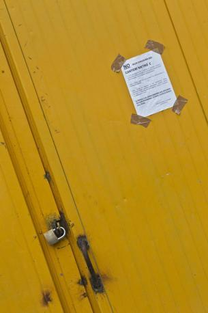 Il cancello del cantiere Metro C ai Fori, chiuso alle 12 di venerdì 9 agosto. Lite sui numeri: 3 mila (pare) operai licenziati (foto Jpeg)