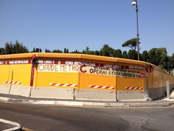 Protesta degli operai sul cantiere Metro C al Celio, chiuso alle 12 di venerdì 9 agosto. Lite sui numeri: 3 mila (pare) operai licenziati (foto Zanini)