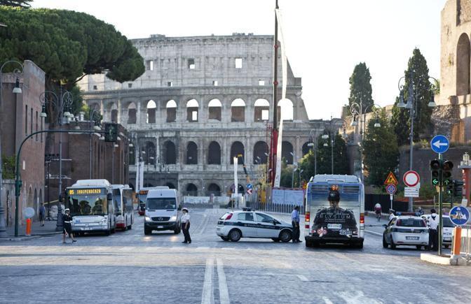 Via dei Fori Imperiali: da sabato mattina non si va più dritti verso il Colosseo, obbligo di svolta a sinistra, su via Cavour (Ansa)