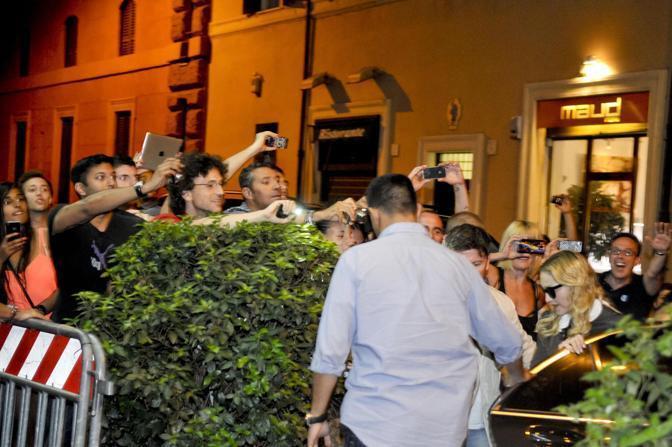 Madonna visita la sua palestra Hard Candy che aprirà a Roma. Una visita breve quella della rockstar che ha festeggiato anche il compleanno con una torta al limone. Tanti i fan presenti (foto LaPresse)