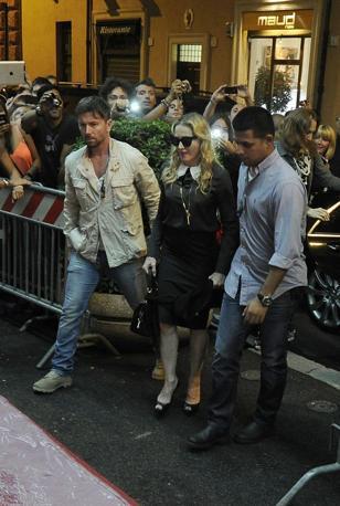 Madonna visita la sua palestra Hard Candy che aprirà a Roma. Una visita breve quella della rockstar che ha festeggiato anche il compleanno con una torta al limone. Tanti i fan presenti (foto Jpeg)