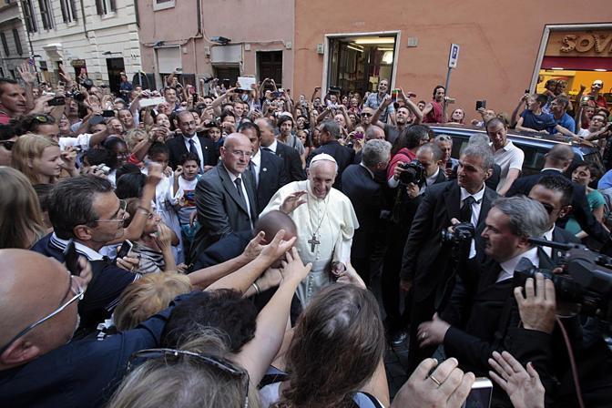 Una celebrazione privata con gli agostiniani nel giorno della ricorrenza del Santo. Ma ad attendere Bergoglio nella piccola piazzetta vicino piazza Navona sono giunte comunque decine e decine di persone.  (foto Jpeg)