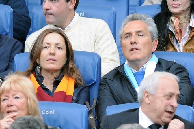 Prima di lui, Francesco Rutelli è stato un sindaco dichiaratamente biancoceleste. Qui è in tribuna allo Stadio Olimpico con la moglie, Barbara Palombelli tifosa della Roma (Ansa)
