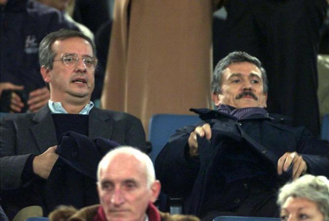 Walter Veltroni, invece, è pubblicamente  juventino: allo stadio, in occasione del derby del 18 dicembre del 2000, siede accanto a Massimo D'Alema, noto tifoso giallorosso (Ansa)
