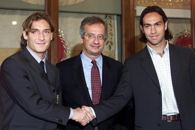 In occasione del derby dell'ottobre 2001, Veltroni ha chiamato in Campidoglio i due capitani di Roma (Francesco Totti) e Lazio (Alessandro Nesta) per una stretta di mano anti-violenza (Ansa)